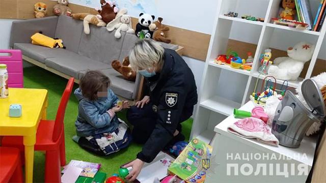 Поліція знайшла трирічну дівчинку у квартирі з двома наркоманами – ФОТО