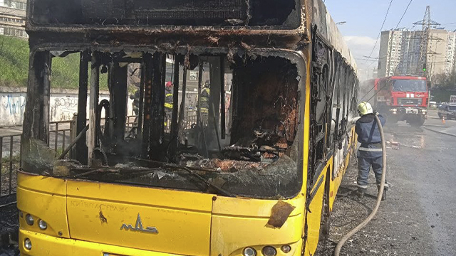 У Києві згорів автобус: пасажири були всередині – ФОТО