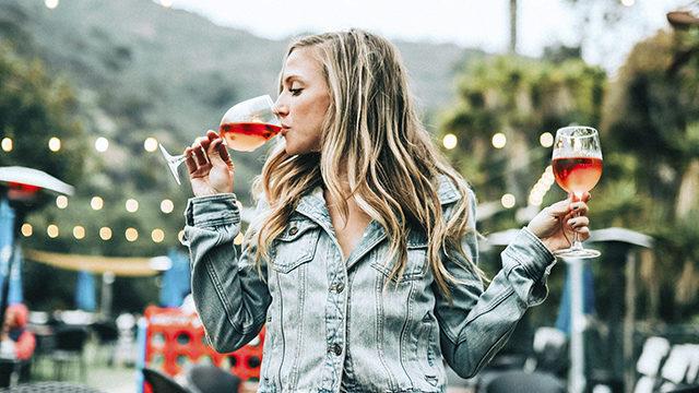 Дівчина п'є вино
