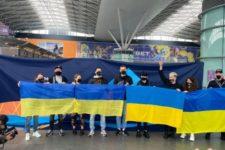 Гурт Go-A сфотографувався на тлі українського прапора перед поїздкою на Євробачення