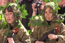 Религия войны. Почему россияне одевают детей в военную форму и устраивают парады