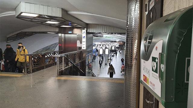 На усіх станціях київського метро з'явились дефібрилятори – ФОТО
