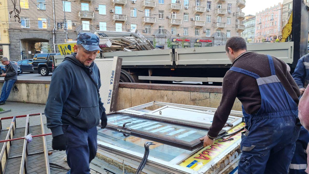 Київські комунальники розчистили підземний перехід на площі Льва Толстого