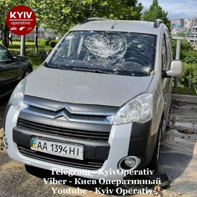Аварія на тепломережі в Києві – пошкоджені автомобілі