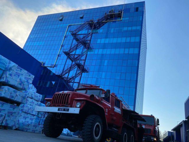 У Києві сталася пожежа – горіла адміністративна будівля на Берковецькій вулиці