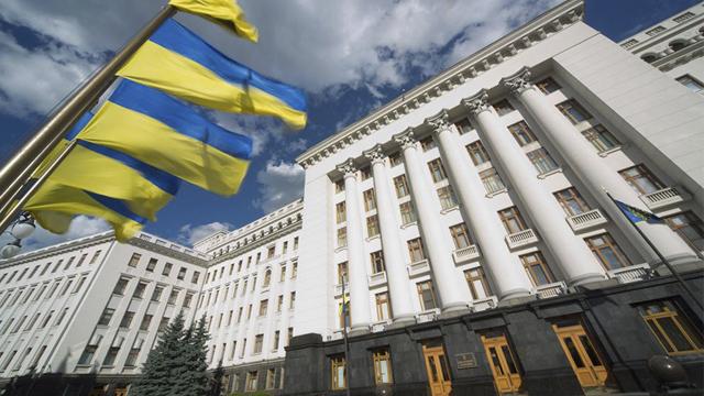 Сутички під Офісом президента: поліція застосувала сльозоточивий газ, є затримані