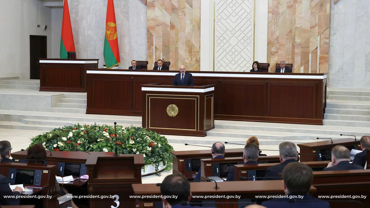 Літайте там, де угробили 300 людей: реакція Лукашенка на повітряну блокаду Білорусі