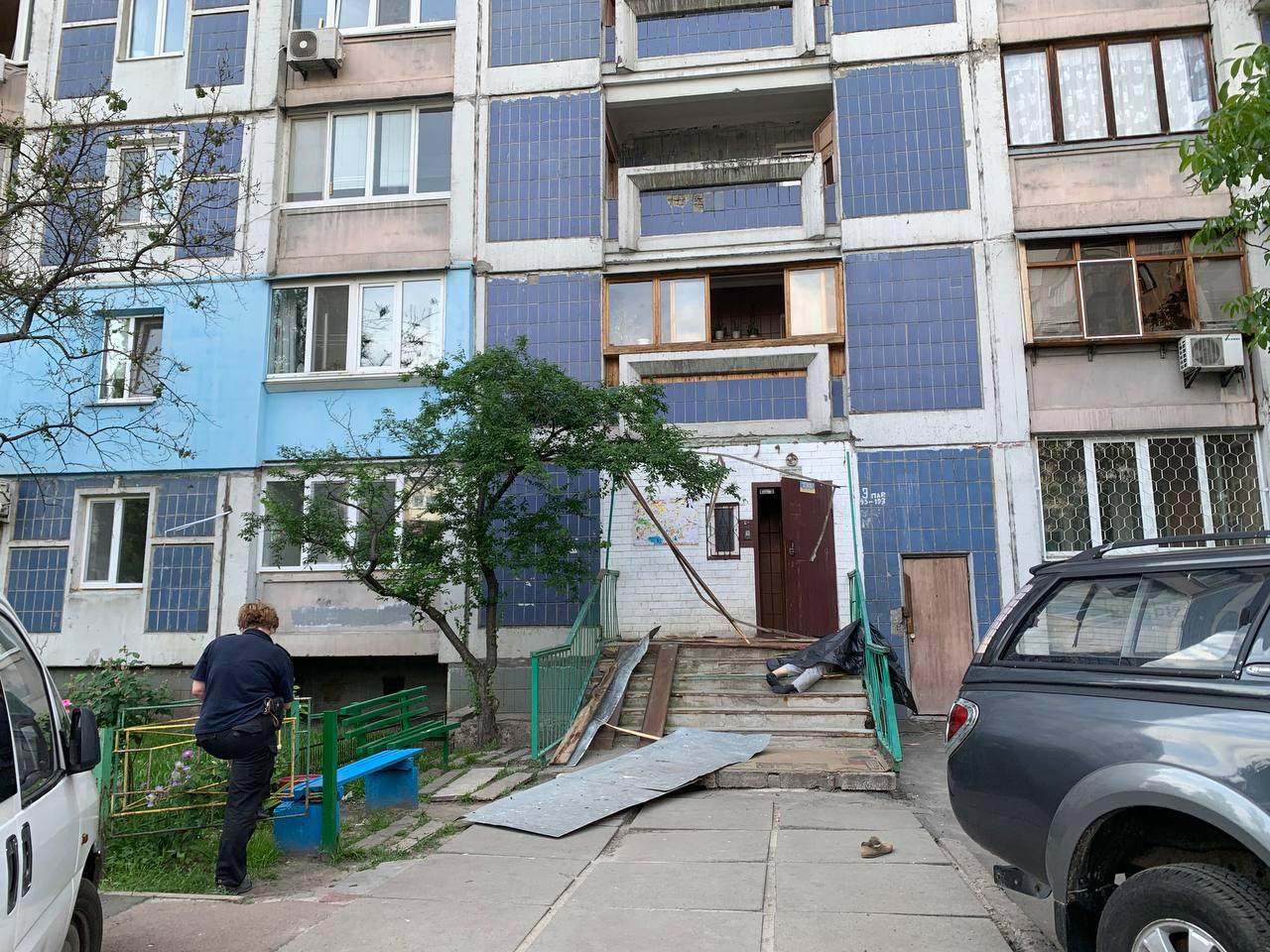 Розтрощив піддашок під'їзду: в Києві чоловік випав з вікна багатоповерхівки
