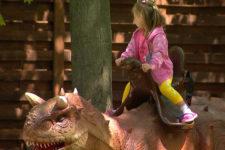 Можна навіть осідлати. Що цікавого у парку динозаврів у Києві та ціни квитків