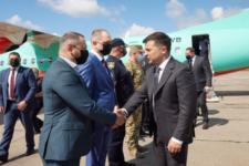Зеленский прибыл с рабочим визитом в Кривой Рог на рейсовом самолете
