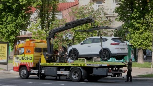Бюрократія та хамство: як без проблем забрати авто зі штрафмайданчика