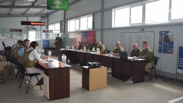 Гордимся героизмом украинцев: французские депутаты посетили КПВВ Гнутово