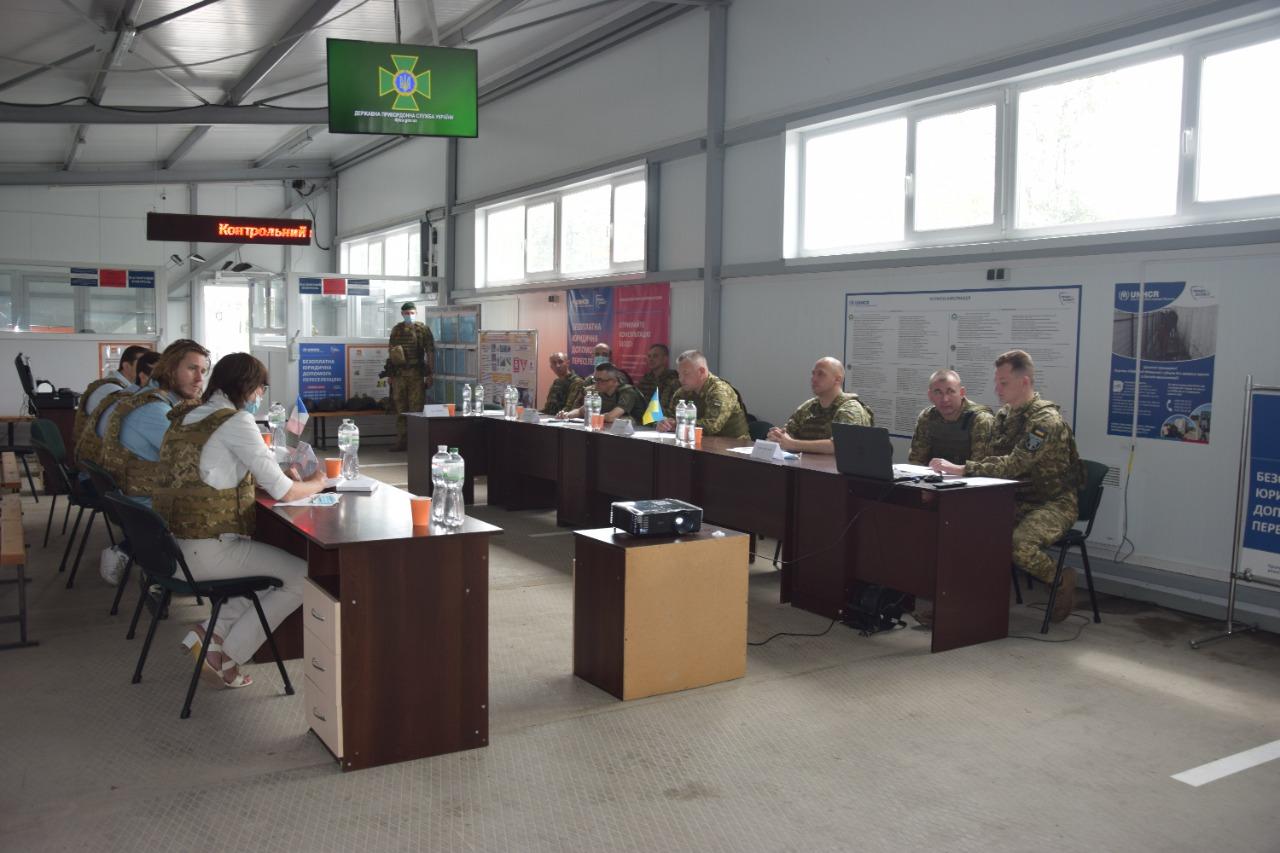 Пишаємося героїзмом українців: французькі депутати відвідали КПВВ Гнутове