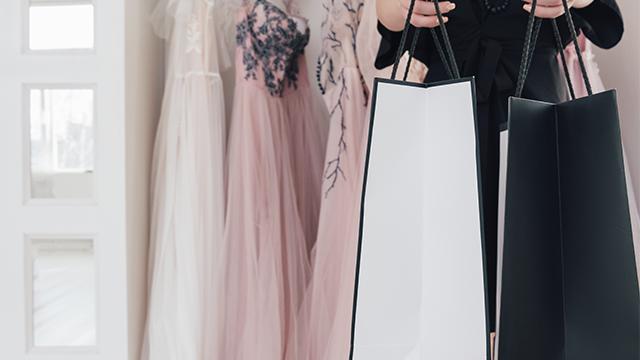 Платье, комбинезон или костюм: какой наряд выбрать на выпускной 2021