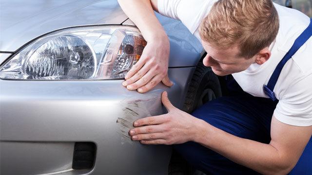 Скло, обшивка, бампер: як прибрати подряпини з авто