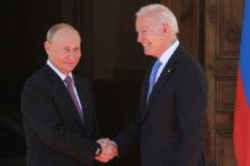 Байден заявил Путину о недопустимости кибератак на 16 важных секторов