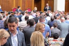 К сожалению, у нас демократия: в Раде Кива подрался с депутатами Слуги народа