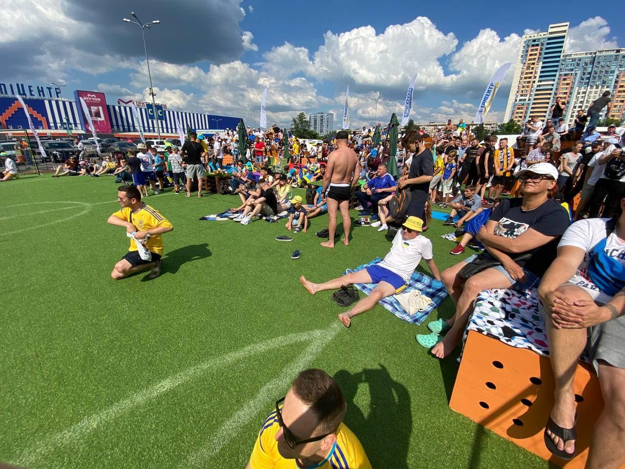 Збірна України грає із Північною Македонією: як вболівають українці у фан-зоні в Києві