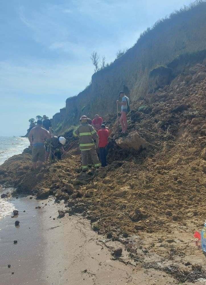 Зсув ґрунту на пляжі Одеської області: під завалами шукають людей