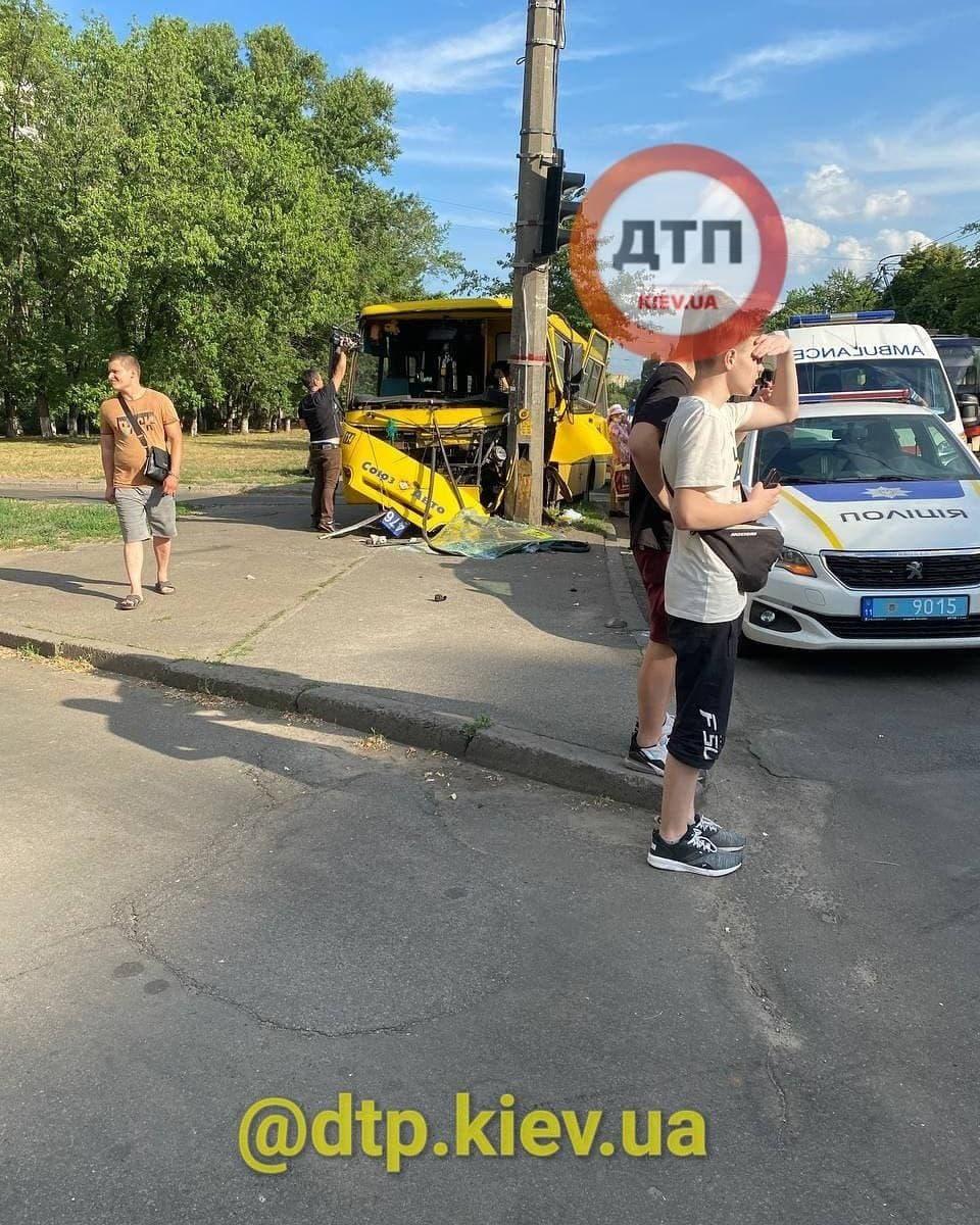 ДТП у Києві: маршрутка з пасажирами влетіла у стовп