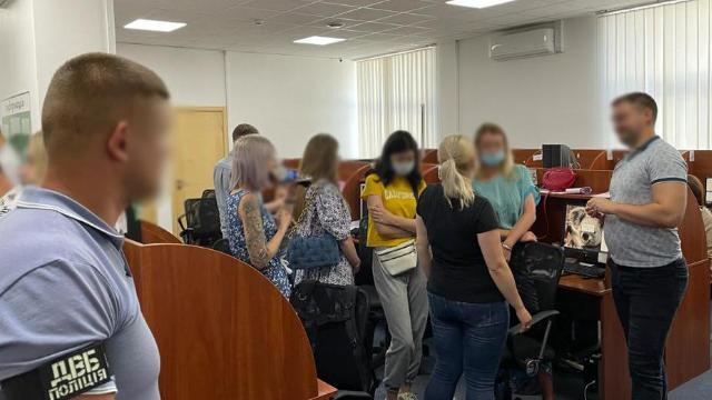 Монтували порно з боржниками: поліція викрила колекторські компанії у 5 областях