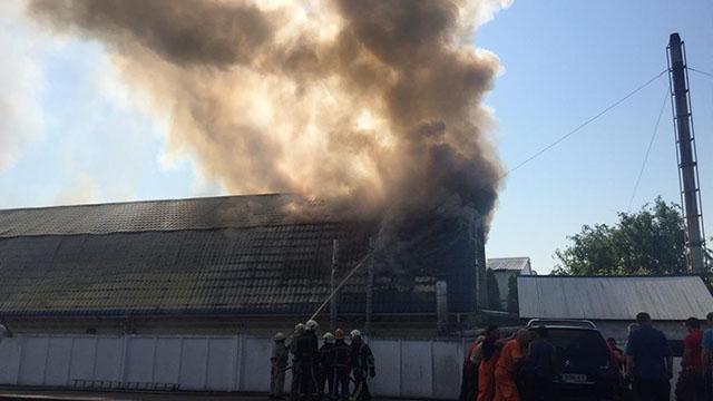 На Київщині триває гасіння пожежі на підприємстві – ФОТО, ВІДЕО
