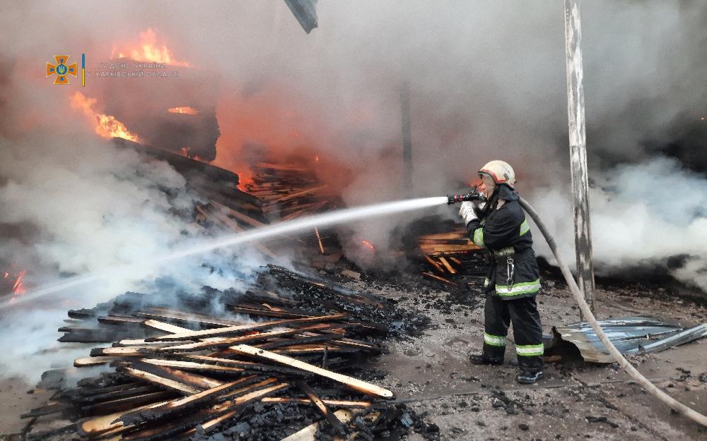 Пожежа в Харкові: горів великий склад з деревиною (ВІДЕО)