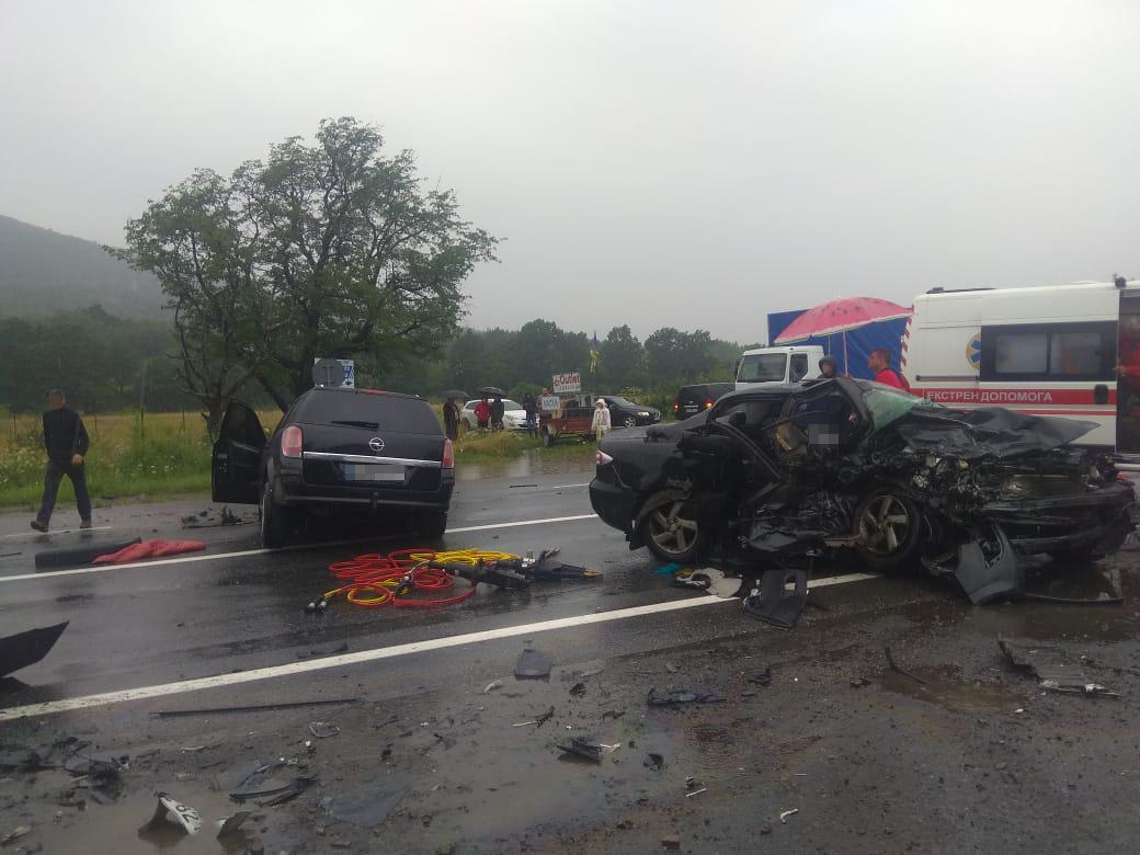 Двоє загиблих і троє в реанімації: перші фото та відео з місця ДТП на Львівщині