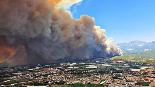 Пожежі у Туреччині: кількість загиблих зросла, туристів евакуюють на пляжі