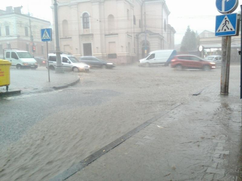 Злива у Чернівцях затопила вулиці: наслідки негоди у місті (ФОТО і ВІДЕО)
