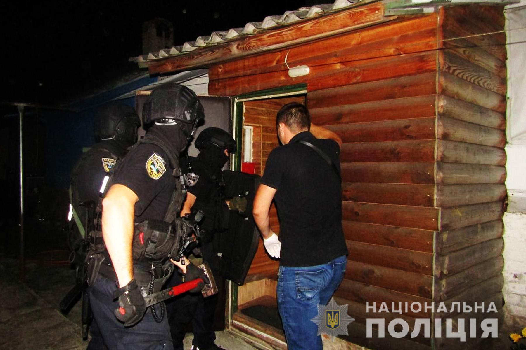 У Чернігові штурмом взяли чоловіка, який намагався зґвалтувати дівчинку (ФОТО)