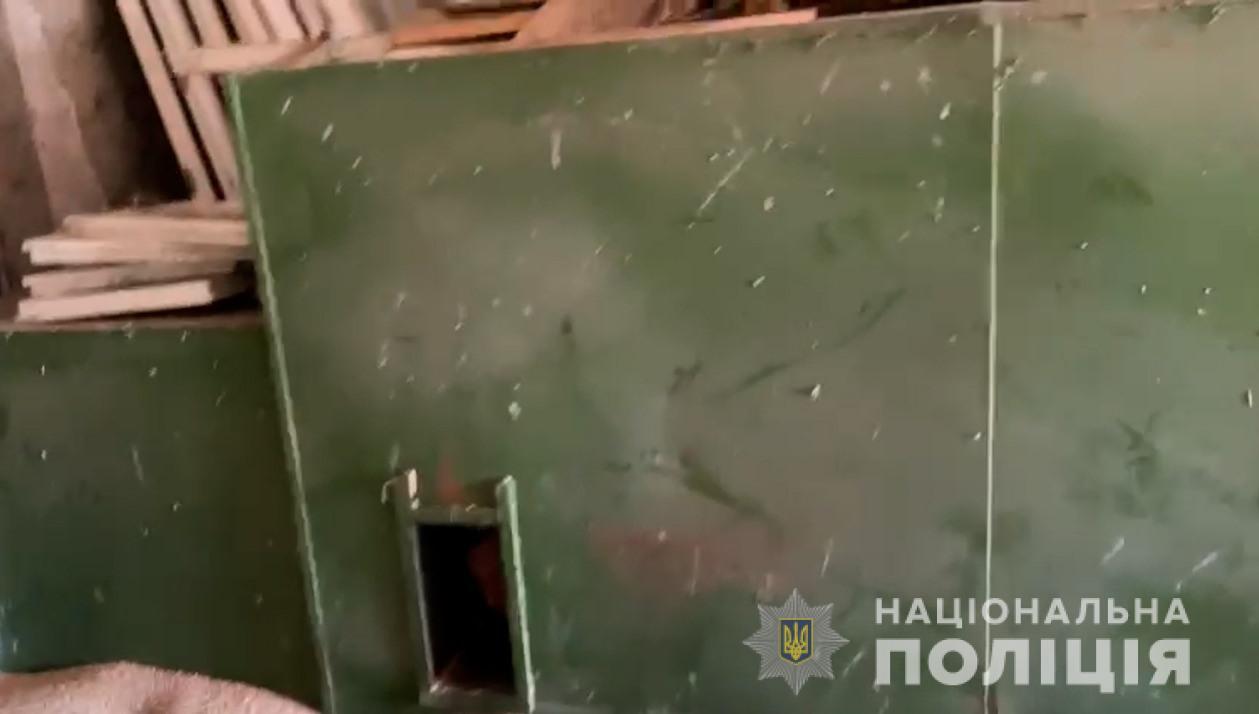 Проштрафився: на Вінничині фермер на добу зачинив свого робітника у металевій сушарці