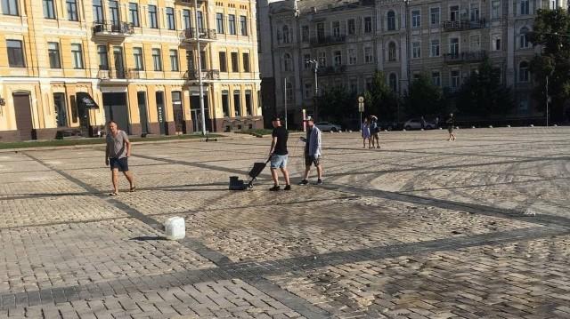 Скандальний дрифт на Софійській площі – плитку відмивають від слідів шин (фото, відео)