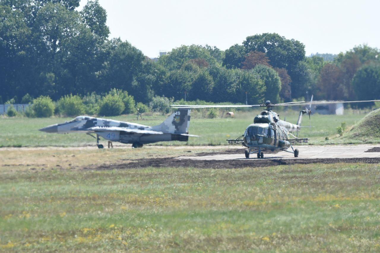 У небі над Києвом помітили військову авіацію – ВІДЕО