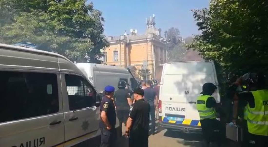 Димові шашки та палаючі шини: біля Офісу президента пройшов мітинг