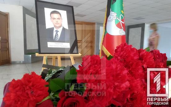Несуть квіти до ОДА: в Кривому Розі оголосили жалобу за загиблим мером