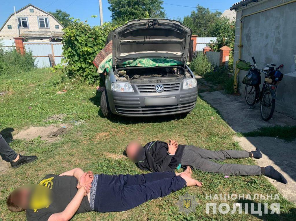 Порізали та викрали авто: під Києвом зловмисники напали на пасічника