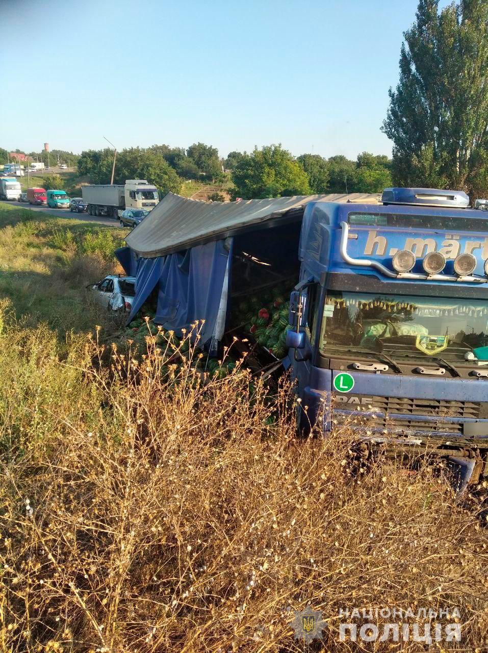 Під Миколаєвом Mercedes влетів в вантажівку з кавунами і зачепив Ладу, водій загинув