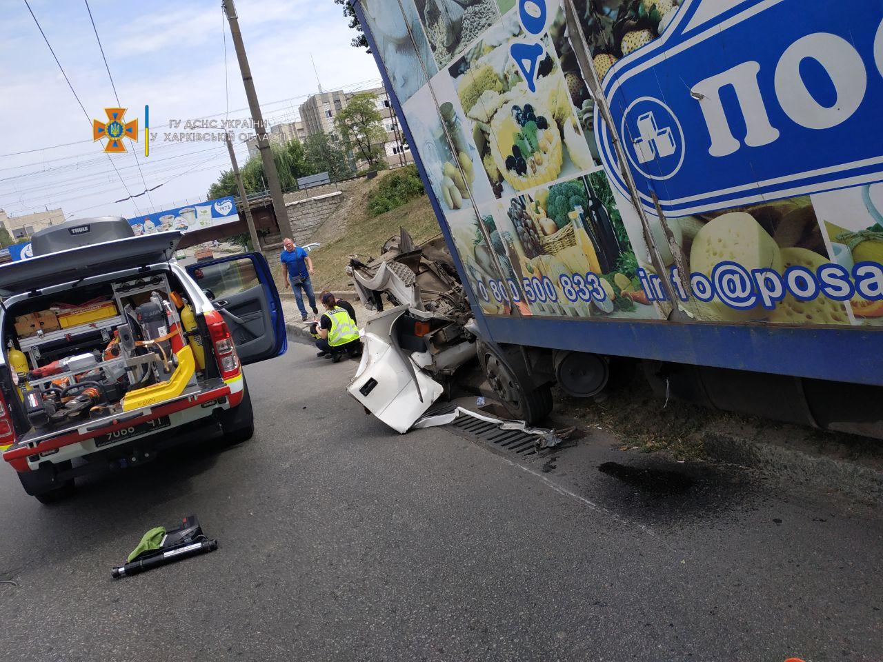 Новини Харкова: у вантажівки посеред дороги відпала кабіна (ФОТО, ВІДЕО)