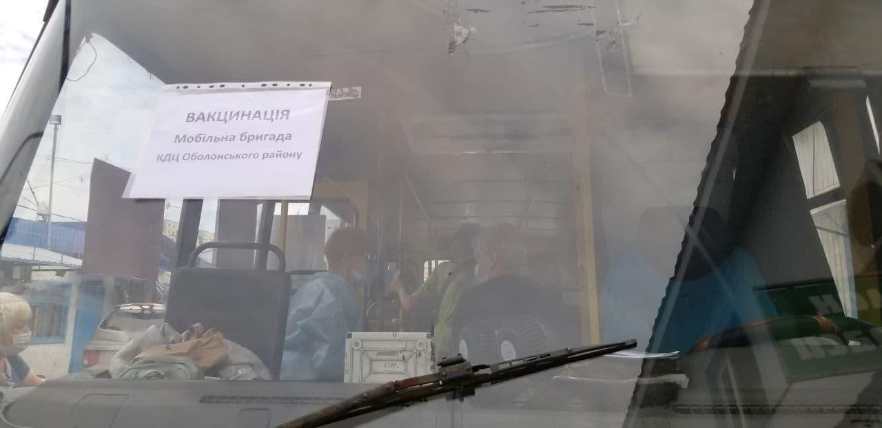 На Оболоні в Києві вакцинують проти Covid-19 у спеціальному автобусі