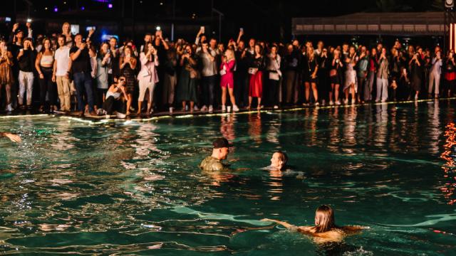 Андрій Хливнюк стрибнув у басейн на концерті Бумбокс – ФОТО та ВІДЕО
