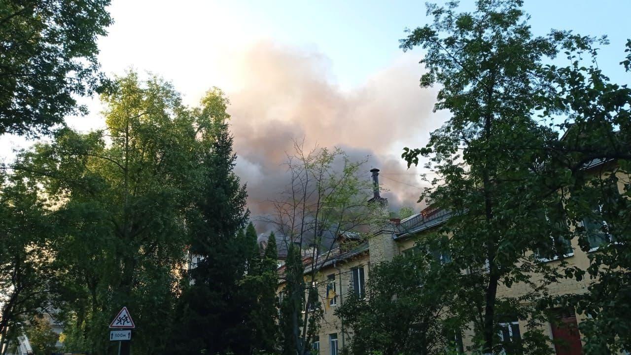У Києві горіла покрівля 5-поверхового житлового будинку у Голосіївському районі