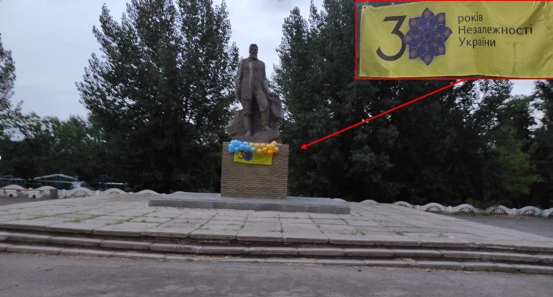 У Лутугиному патріоти привітали місцевих жителів з Днем прапора України