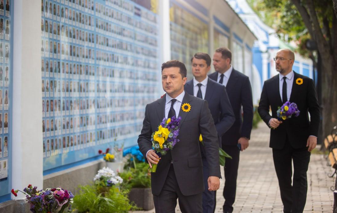 Зеленський, Шмигаль та Разумков вшанували пам'ять загиблих українських воїнів