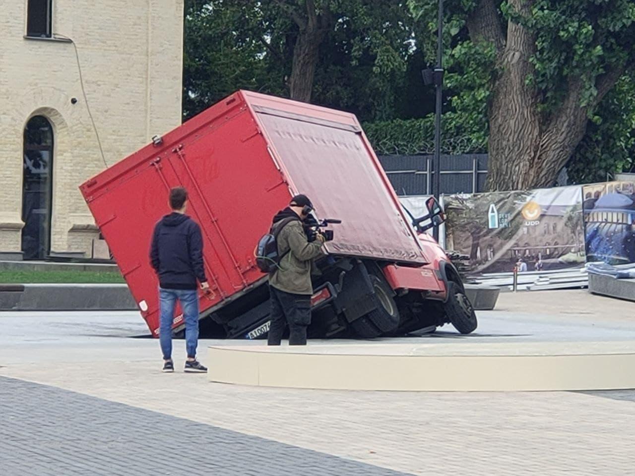 У Києві новий фонтан на Арсенальній провалився через вантажівку – ФОТО