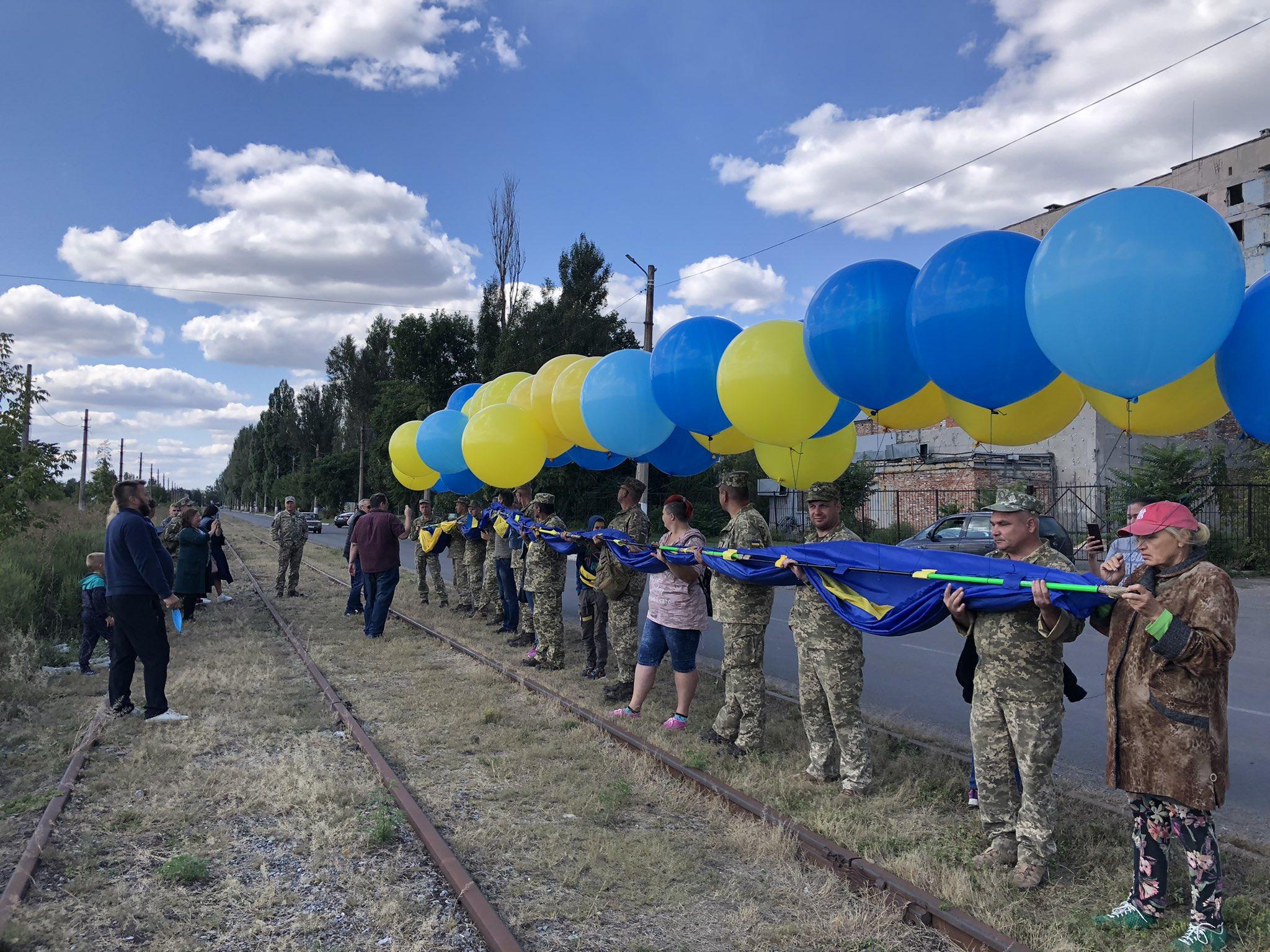 Від Краматорська до Авдіївки через Київ: в небо над Донецьком запустили прапор України
