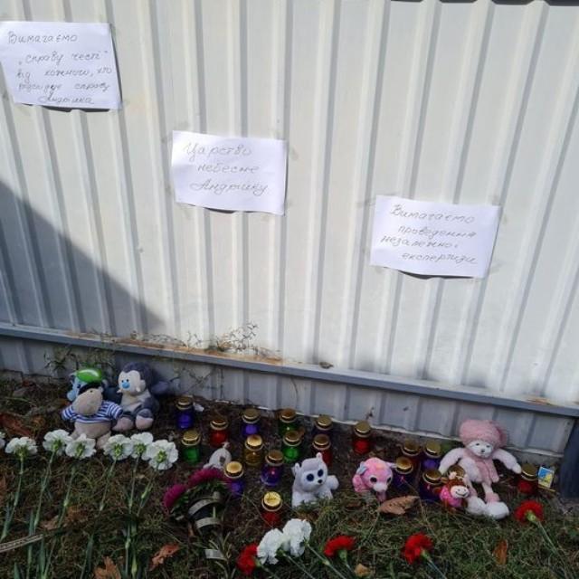 лампадки та квіти під будинком померлого хлопчика з Черкас