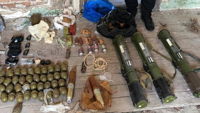 Реактивні гранати і тротил: СБУ виявила великий схрон зброї на Закарпатті – ФОТО