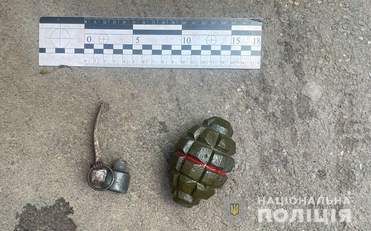 Погрожував підірвати школу: в Одесі затримали чоловіка з муляжем гранати