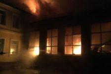 Огонь тушили всю ночь, ученики перешли на дистанционное обучение: в Чугуеве сгорела школа